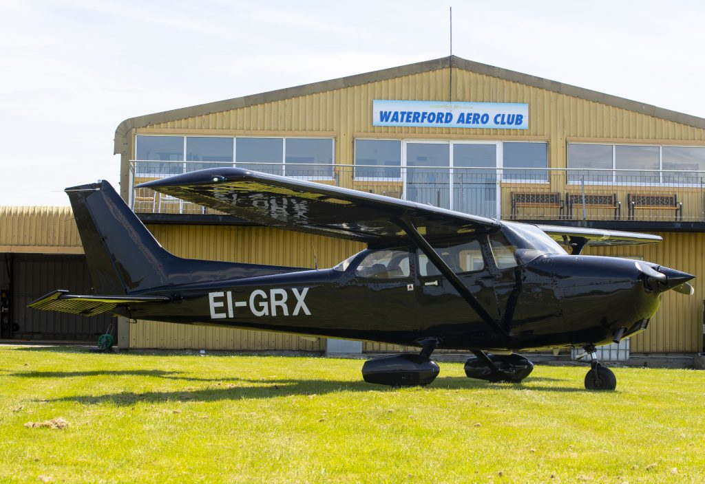 C172 EI-GRX in front of the clubhouse